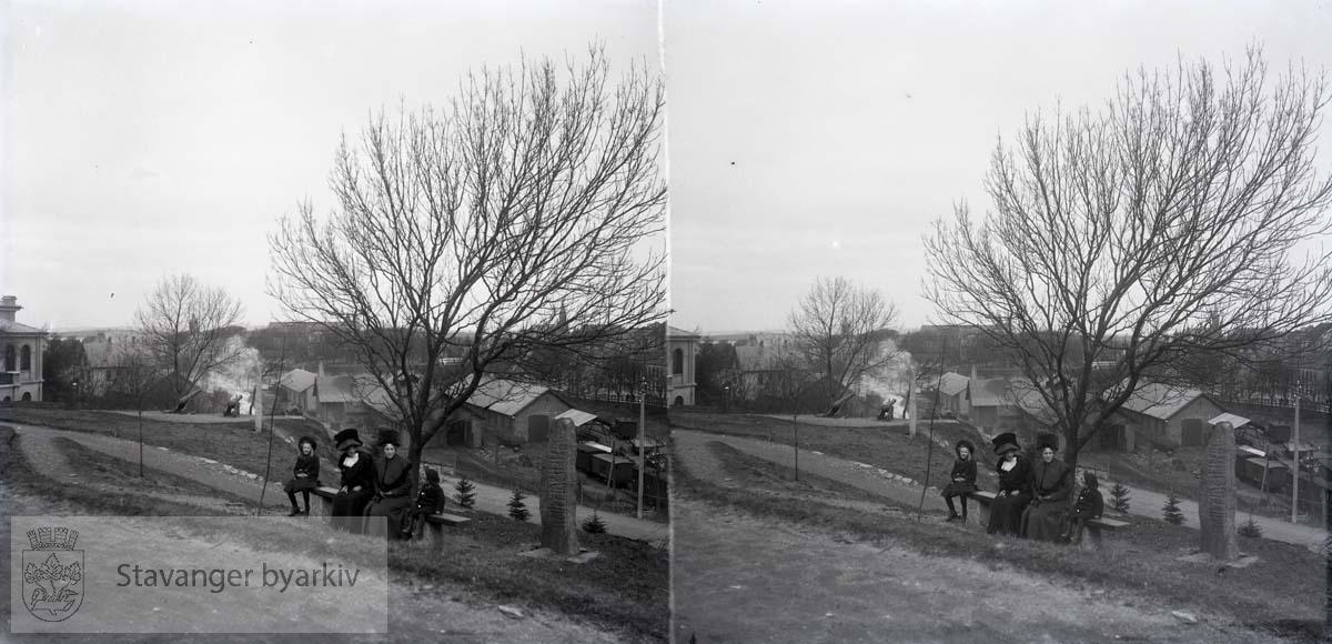 Utsikt mot Stavanger og jernbanen fra Stavanger museums park..Stavanger domkirke i bakgrunnen. Kanoner..Stereofotografi....