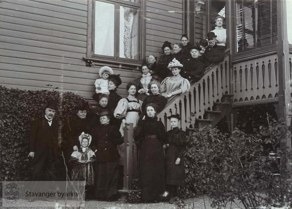 Gruppebilde foran huset i Kleiven