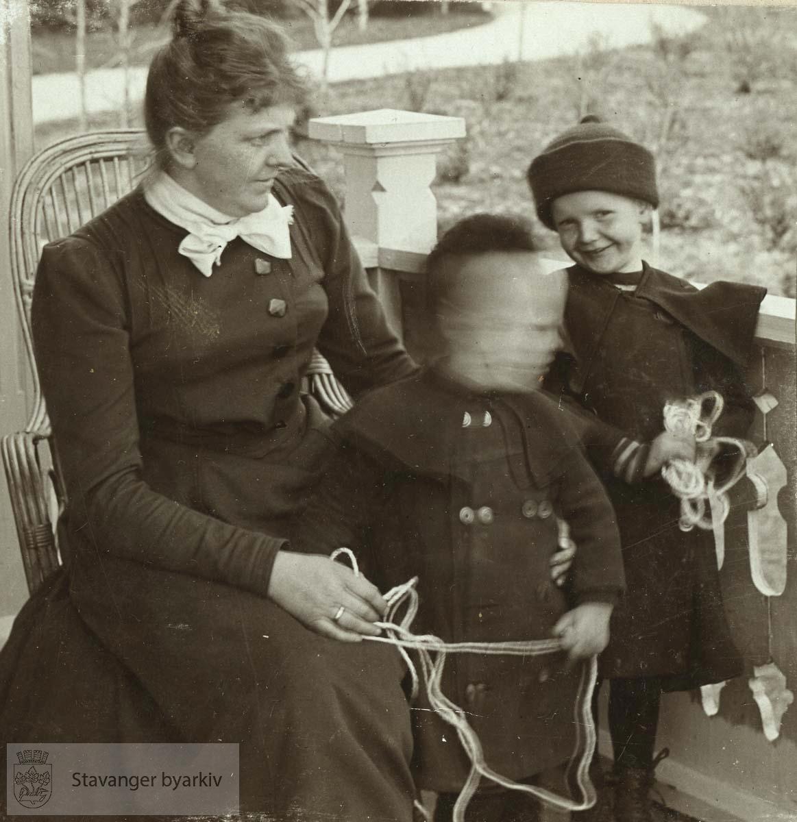 Martha Monsen med Sverre og Håkon i Madlalia, sommeren 1903