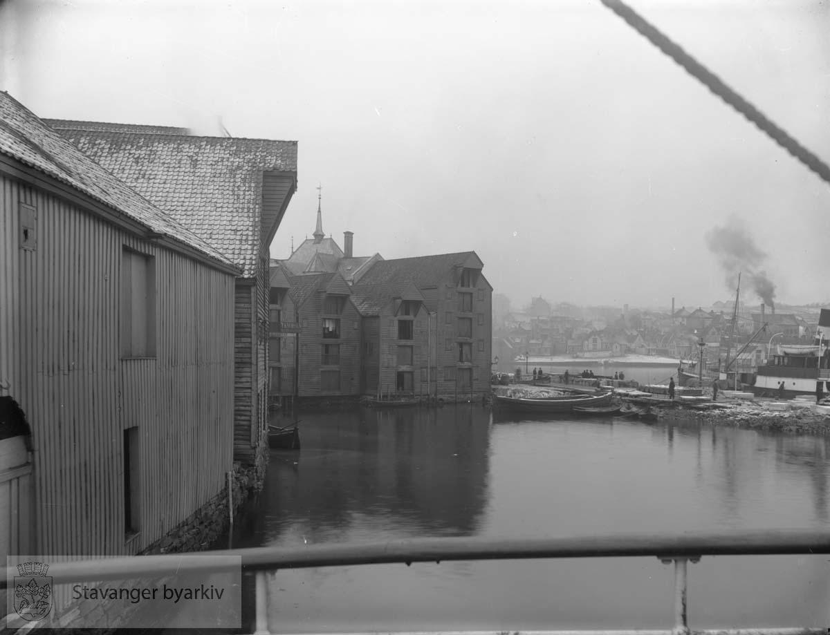 Nærmest til venstre DSDs sjøhus ved Børehaugen. De to sjøhusene til høyre midt på bildet er C. Middelthons sjøhus, Skansegaten 15. Skansekaien eller Storekaien er i ferd med å bli forlenget og Baadeviken utfylt. Ved Storekaien ligger D/S Sandnæs, levert 1892 til Sandnes Dampskibs Aktieselskab (senere omdøpt Sandeid da det ble solgt til Det Stavangerske Dampskibsselskab i 1903)