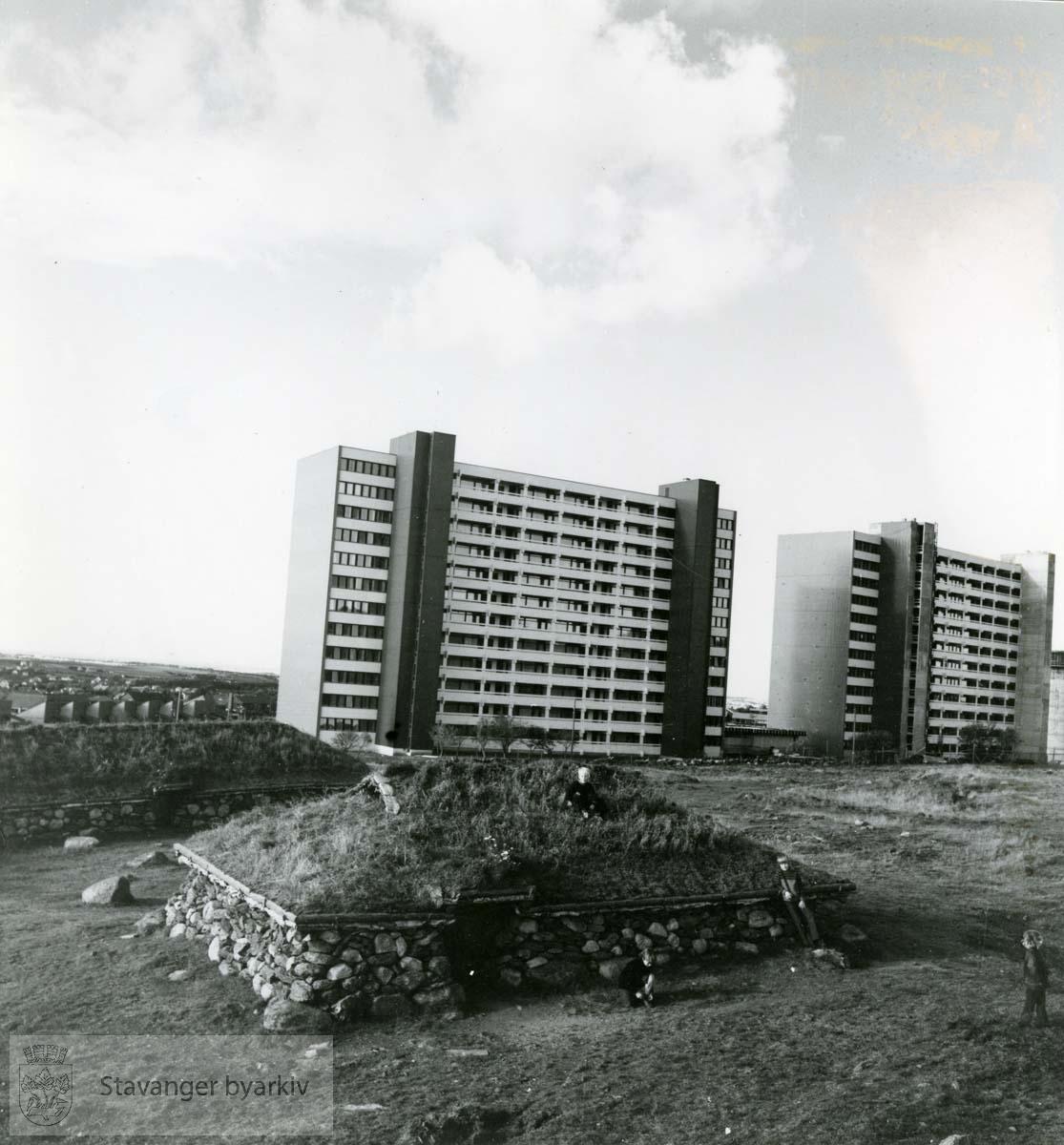 Blokkene på Ullandhaug i bakgrunnen