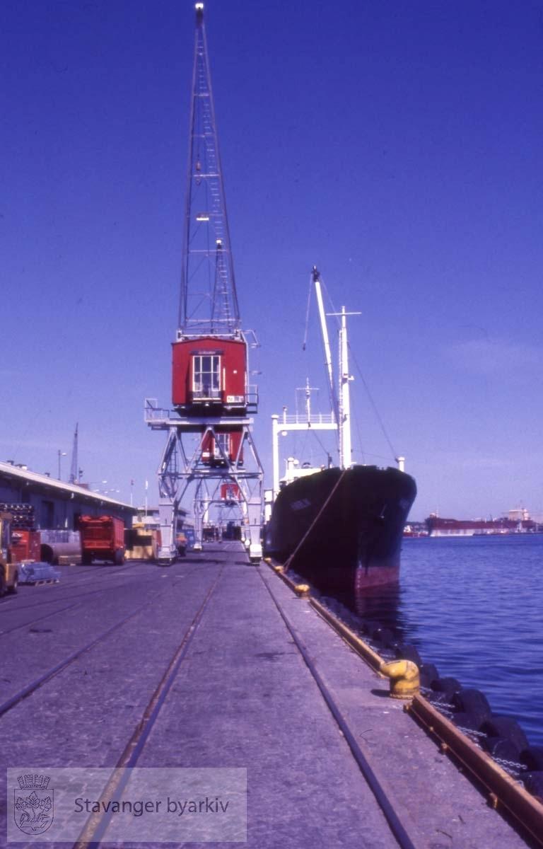 Skip og krane ved Strandkaien.Fergeterminalen