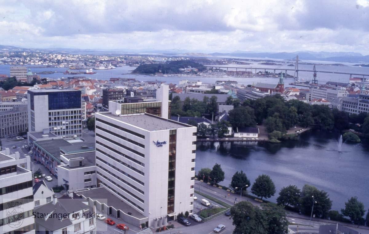 Stavanger sentrum med Breiavatnet og Atlantic Hotel. Bybrua i bakgrunnen