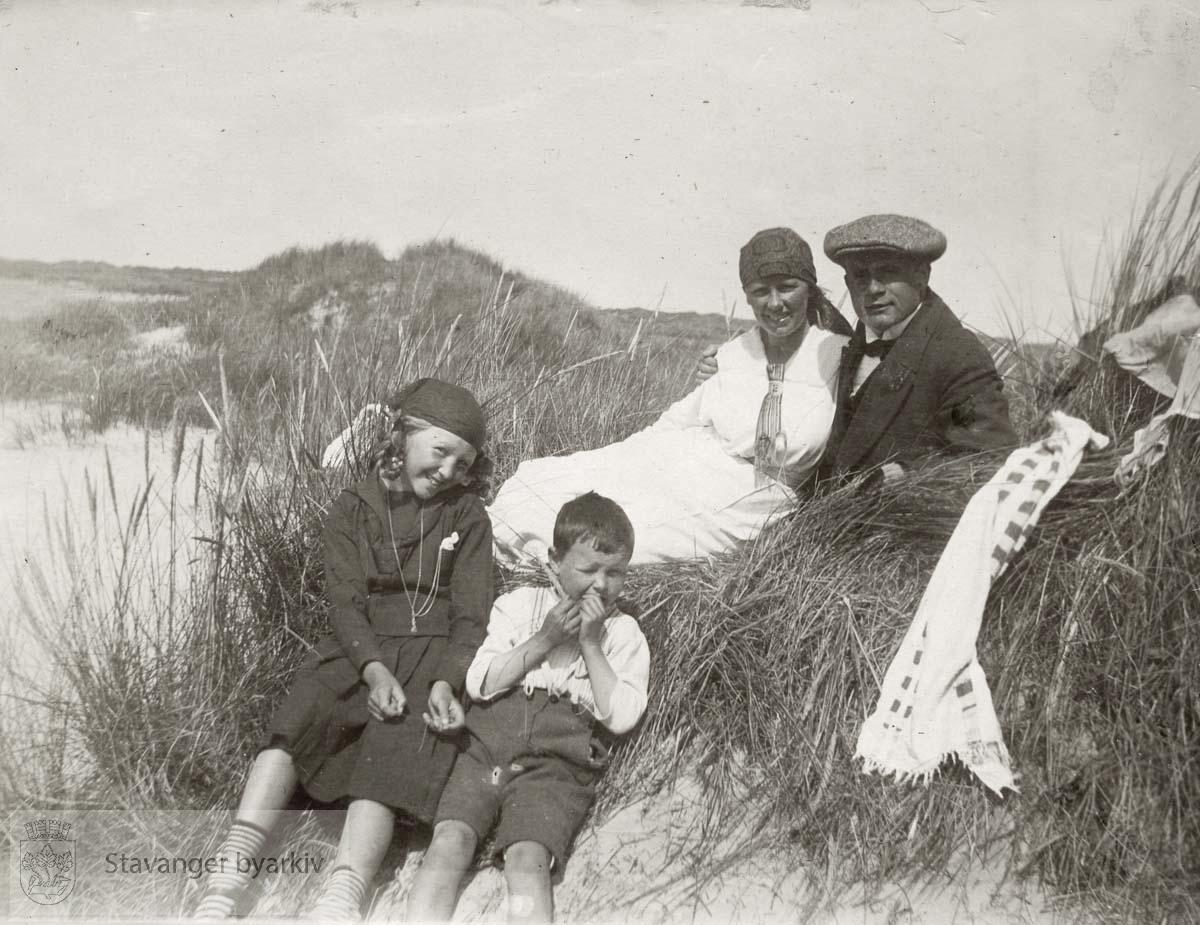 Et par og to barn på Nærlandsstranda