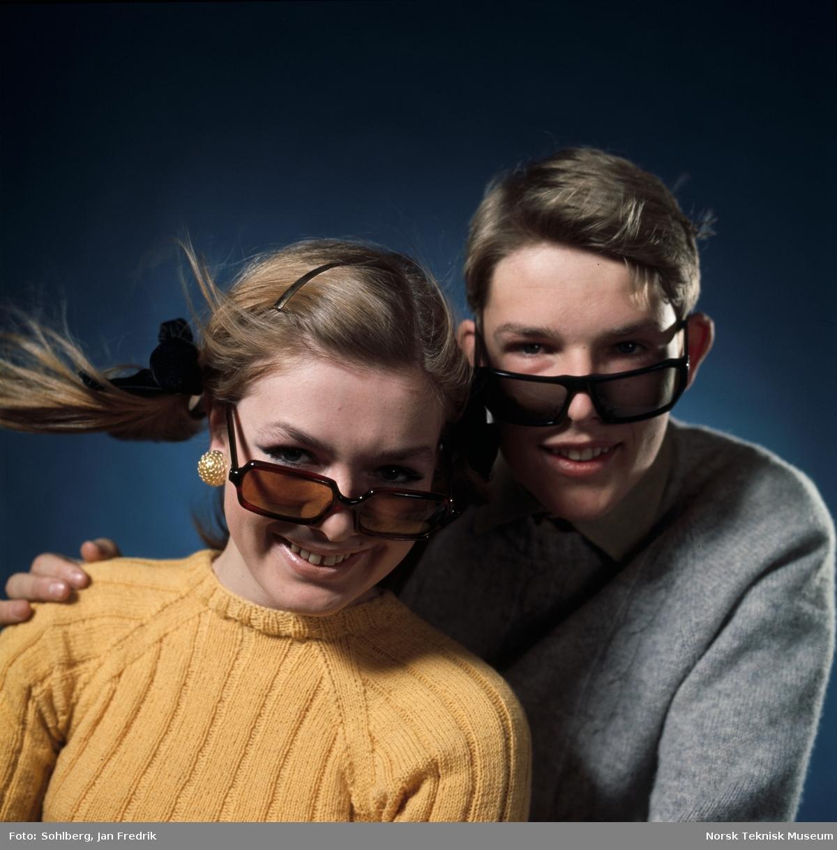 To modeller, en kvinne og en mann, viser fram tidens solbrillemote.
