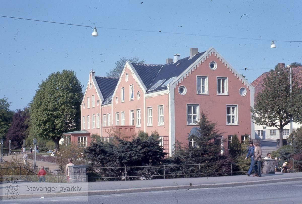Ring skole .Kongsgaten 47-49 fra sørvest..Murbygningene er oppført i 1860-årene av arkitekt Fredrik von der Lippe (1833-1901). Opprinnelig var det to villaer, nr. 47 (venstre del) var von der Lippes egen bolig, mens nr 49 tilhørte familien Ring. Her holdt frøknene Rings pigeskole til fra 1869-1899. Stavanger kommune kjøpte begge eiendommene i 1920-årene, og da ble de bygd sammen og innredet til kontorer.