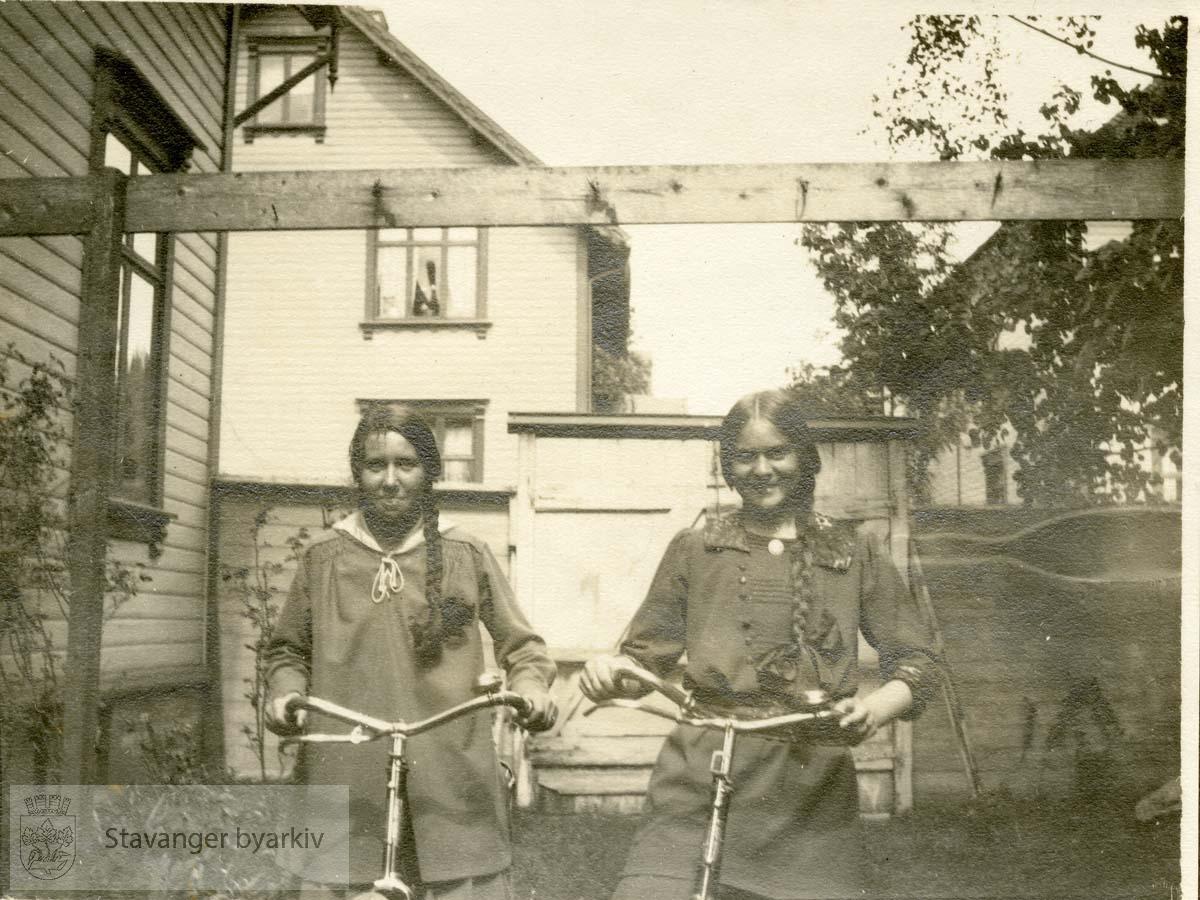 To venninner med hver sin sykkel