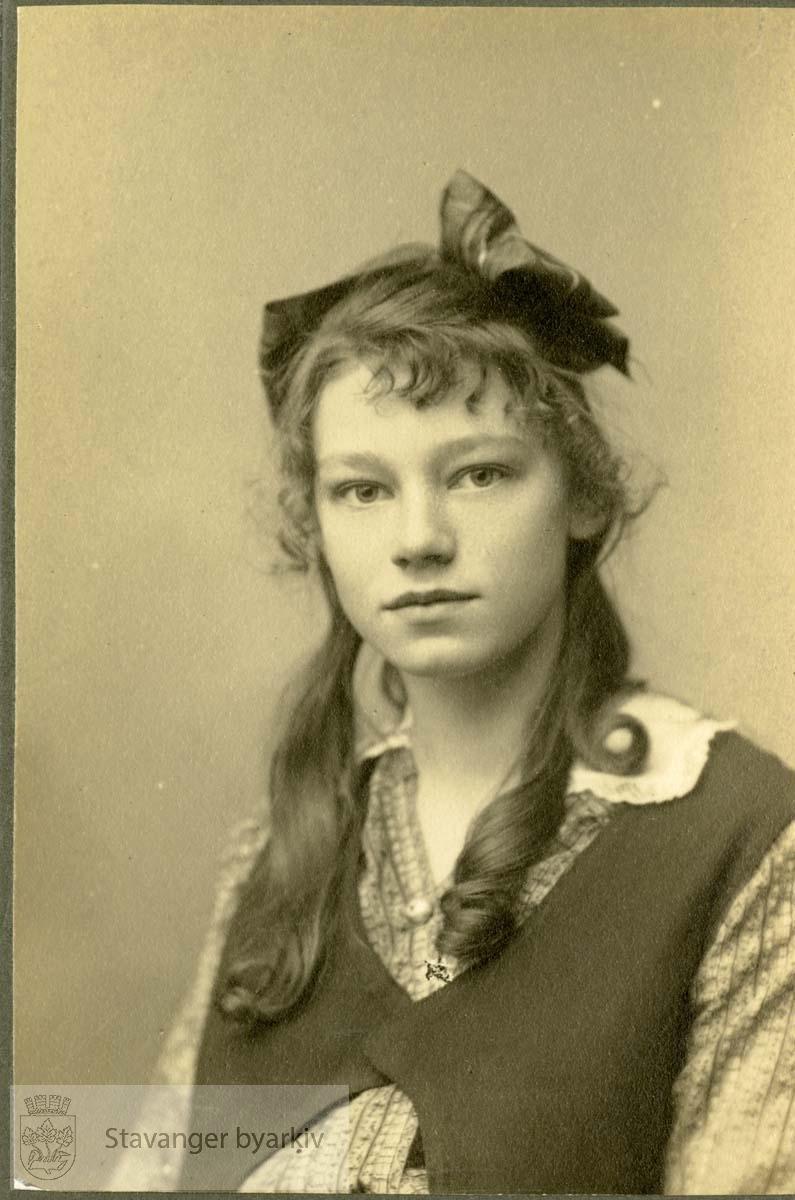 Portrett av ung pike med sløyfe i håret