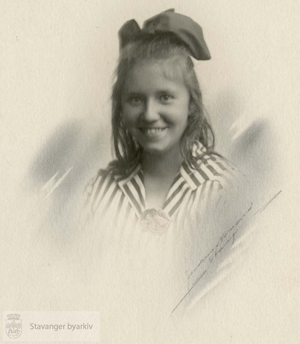Portrett av ung pike med sløyfe i håret og stripete bluse
