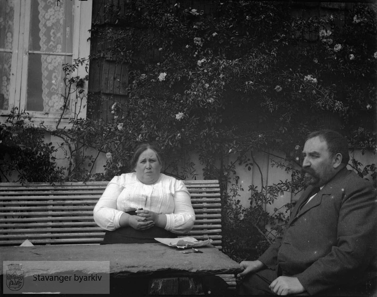 Kvinne og mann i hagen.Anton og Olena Pedersen ?