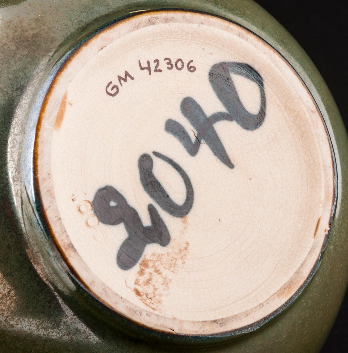 Skål, i grönskimrande glasyr, målar i botten: 2040, präglat 1600.