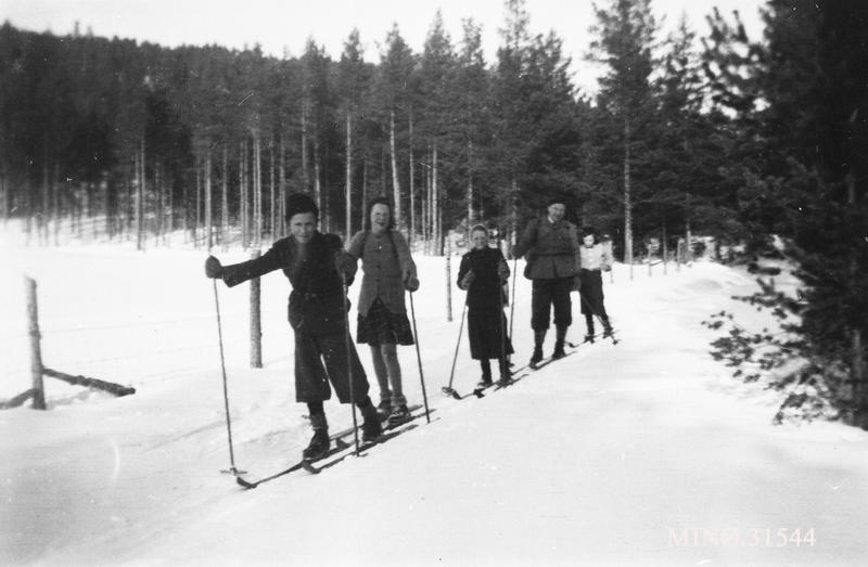 Elever og lærer ved Ryeng skole.  Karl Kroken, Bjørg Müller, Ingrid Ingeborg Kroken, Oddvar Husom (lærer), Odlaug Kroken