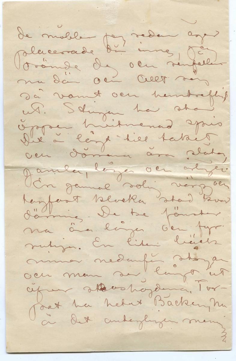 """Odaterat brev från John Bauer till Ester Ellqvist bestående av åtta sidor. Huvudsaklig skrift handskriven med bläck. Namnunderskrift saknas. Handstilen tyder på John Bauer som avsändare. Längst ner på sidan 5 finns en planskiss över stugan som nämns i brevet med text:  Rum, Förstu, Skaferi  kök, trappa till vinden, opp[--] ö spis med bakugn]   BREVAVSKRIFT:  [Sida 1] Kära min Esther.  Du är sysslolös min Esther.  Du måste ta dig någon  thing för. Något som du  kan sätta in hela din  energi i. Arbete är det  enda som hjälper för  din sjuka. Du är för  mycke ensam med dig  själf. Skratta inte åt  mej, du min Esther. Jag  vet och är öfvertygad om att jag har rätt  och [--] kan jag  inte få bli din läkare  på detta sättet än så  länge. Sätt in hela  din viljekraft på att  få atelje tillex. [överstruket: Det är] Du har ju ändå  [Sida 2] [överskrivet: sa] vilja. Det är ju skamligt att säga """"att du aldrig bryr dej om någonting nu- mera. Gör en kraftan- strängning Esther. Se dej  omkring. Finns det ingen- ting som kan vara värdt ditt intresse. Det finns ju ändo så mycket vackert här i verlden bland allt det fula. Kan  du inte glädja dej åt det. Du måste börja nu. Ansträng dej till  ditt yttersta med din målning. Sätt in all  din kraft och jag  är säker på att intresset skall komma Jag är inte den rätte  [Sida 3] att hålla denna predikan men jag vet jag har rätt. Esther tro mej. För vår lyckas skull för- sök. Jag har farit på snoiga[?] landsvägar och jagat i stötynd skog. Under jakten kom jag till en liten grå stuga. Den  stod öfvergifven och  öppen. Mitt inne i karga skogen stod den. Min jaktlust tog slut och jag drömde om dej och mej. Jag mätte upp höjden på rummet för att se om mitt bokskap gick in. Jag drömde  [Sida 4] de möbler jag redan äger placerade där inne, jag drömde dej och renfällar na där och allt såg så varmt och hemtrefligt ut. Stugan har stor öppen hvitmenad spis Det är lågt till taket och dörrarna äro släta, gamla, låga och årliga[?]. En gammal rolig vägg o"""