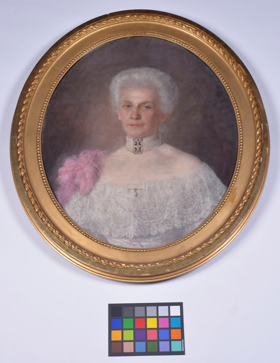 Oval form. Kvinnoporträtt.  Storlek: 76,0 x 85,5 cm. Bildstorlek: 53,0 x 66,0 cm. Montering / Ram: Träram, förgylld