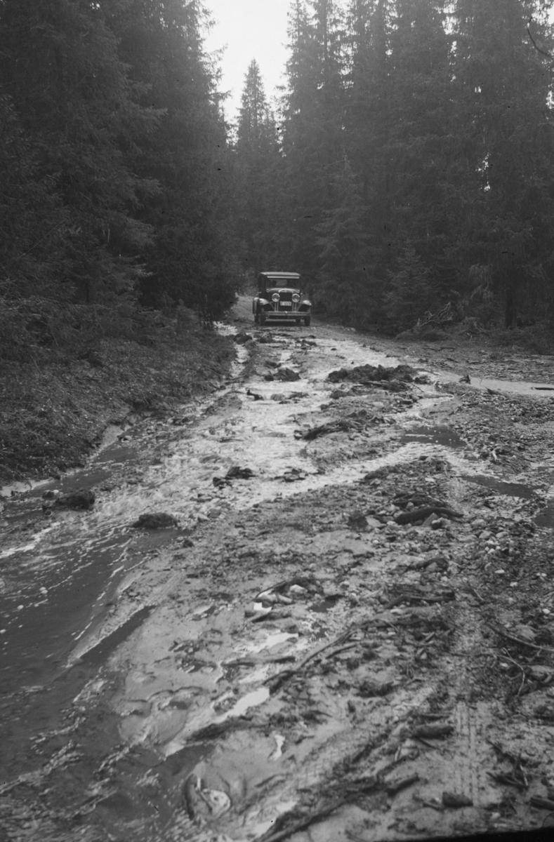 Antakelig Kilisetervegen (Killivegen i dag?) etter storflom, bil E-5516