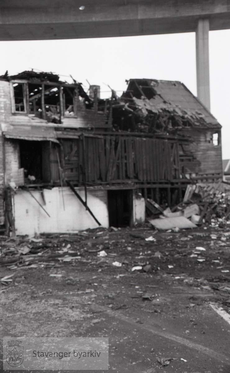 Brann i Bjellands sjøhus, restene av sjøhusene .Bybrua i bakgrunnen