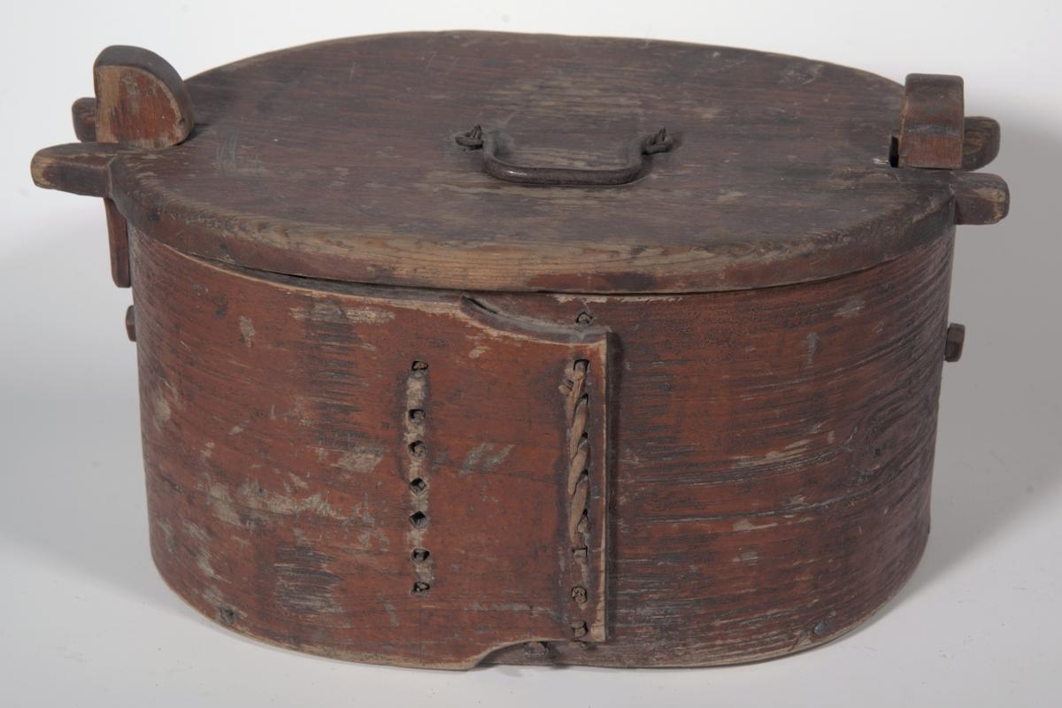 Oval bunn, rette sider som går over hverandre, på kortsidene stolper som stikker over kanten. B: Form omtrent som 1683 B, men håndtak av jern, festet i kroker. A: er tine, B: er lokk.