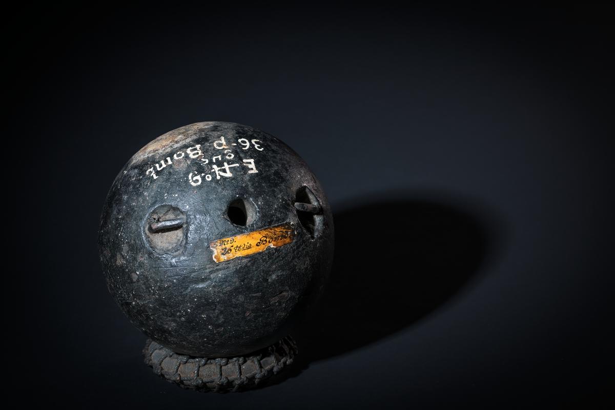 36-pundig bomb, med insänkta öron, av gjutjärn.