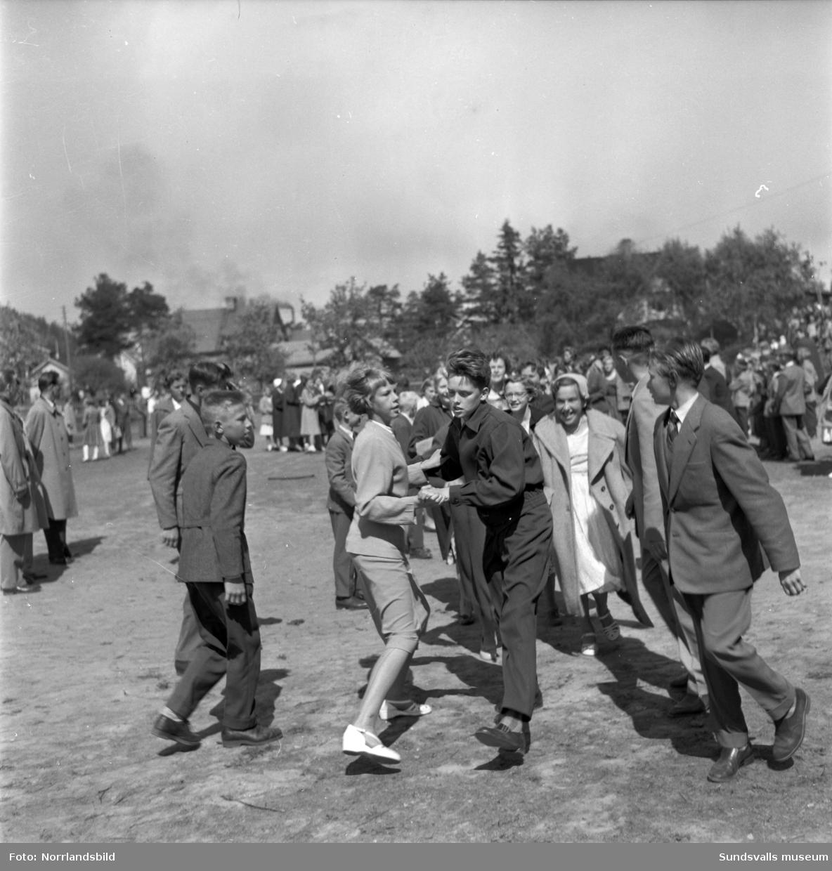 Avslutningsfestligheter med lekar utomhus vid Nolby skola, senare Nivrenaskolan. Samtidigt avtackades ett par veteraner vid skolan (sista bilden).