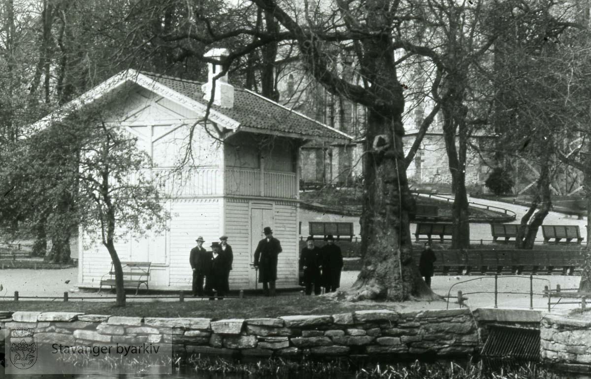 Den gamle paviljongen. Domkirka skimtes i bakgrunnen.