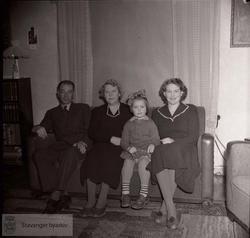 Familie på sofa i stue