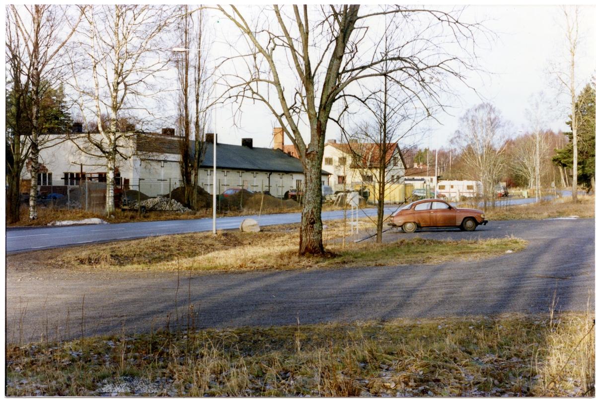 """Badelunda sn, Anundshögsområdet, Långby. """"Vägverkets"""" lokaler intill Anundshög, 1992."""