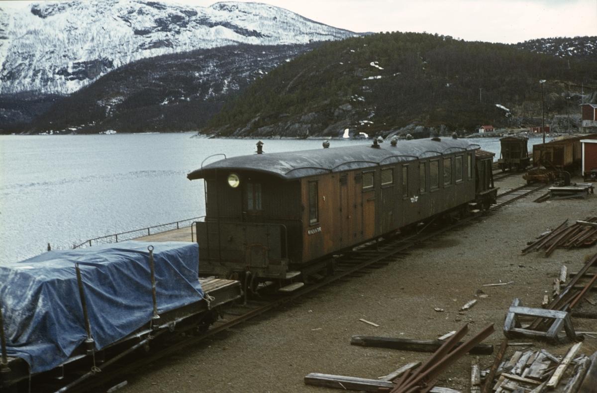 Sulitjemabanens personvogn litra CFo / BFo nr. 9 på Lomi stasjon.