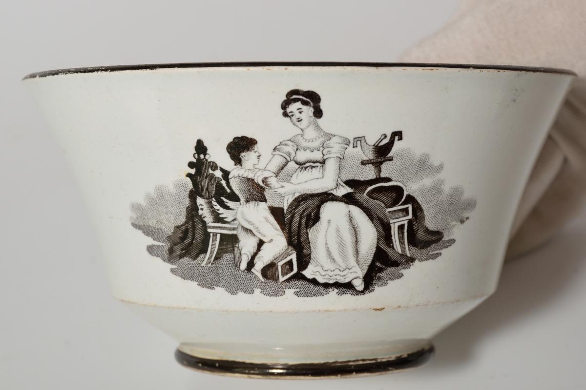 2 figurscener, harpespillende kvinne med barn på fanget, sittende kvinne m/påkledd gutt, empiredrakter.