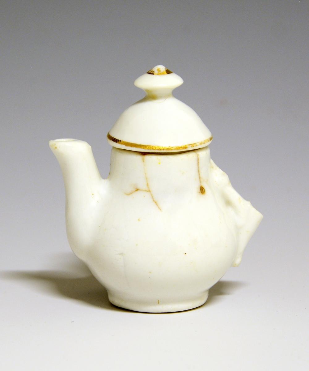 Tekanne av porselen (hank defekt), del av dukkeservise etc. i porselen. Ustemplet.