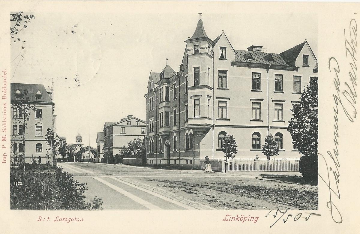 Vykort från Linköping Sankt Larsgatan gatuvy, Sankt Larsgatan, Linnégatan, Poststämplat 16 maj 1905 PM Sahlströms bokhandel
