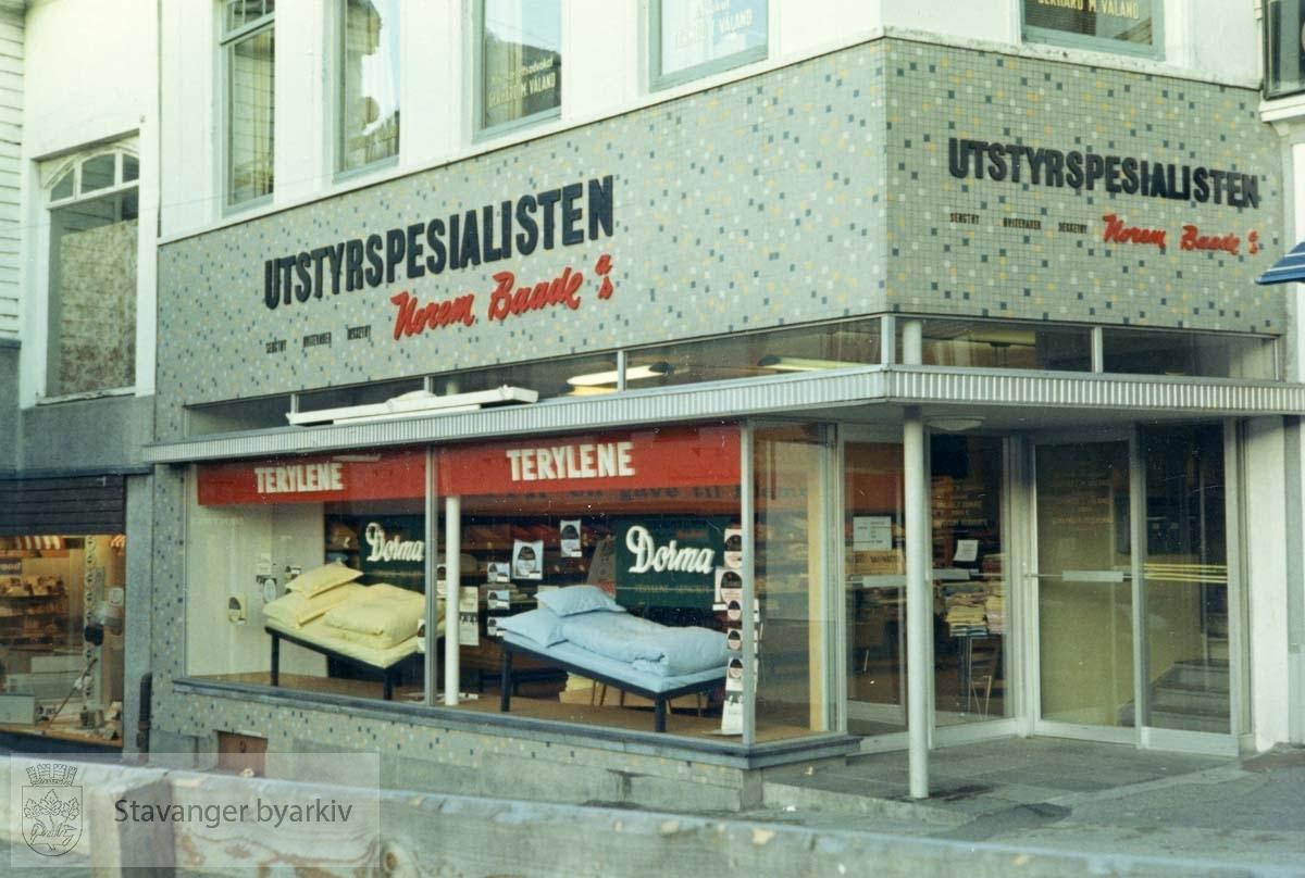 Utstyrsspesialisten ble åpnet 04.11.1966 i Kirkegata 5. Norem Baades avdeling for sengetøy, hvitevarer og dekketøy. Utskilt fra PA293.
