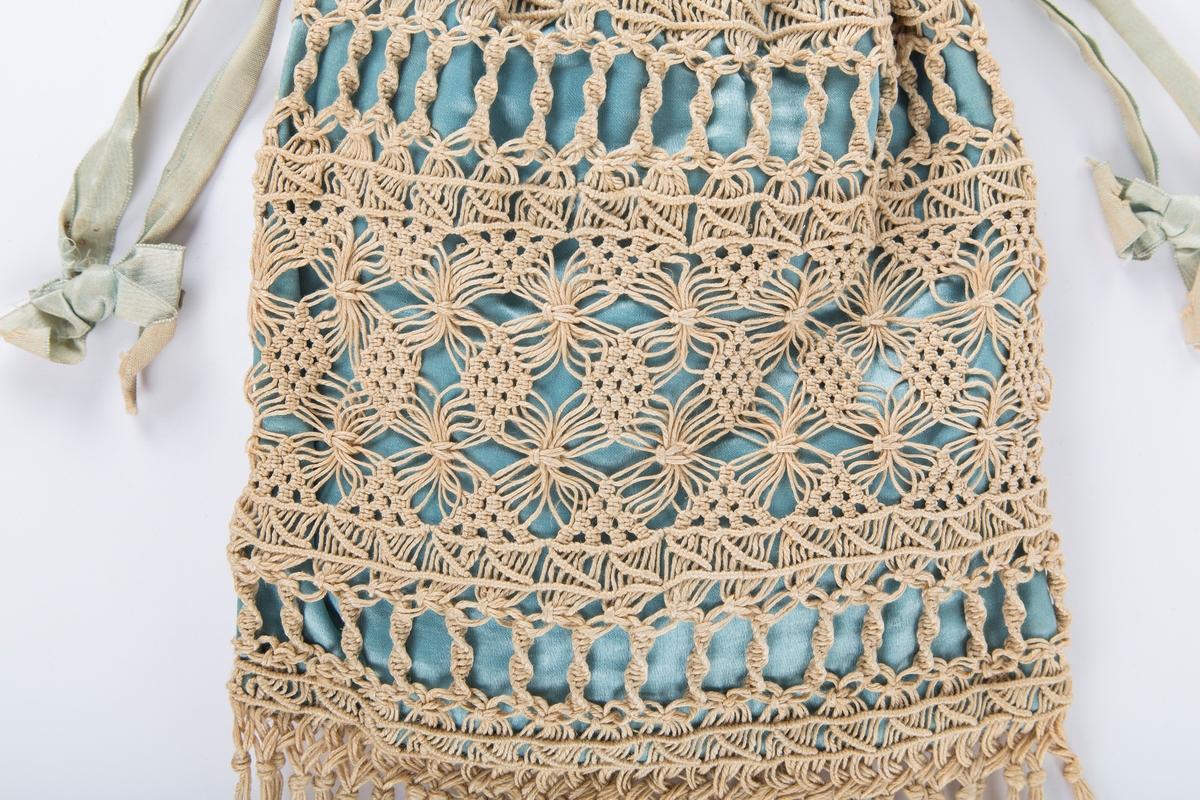 Rektangulær pose i ssatinvevet blågrønt stoff, antakelig silke. Løpegang for knyttebånd. Utenpå denne en makrameknyttet pyntepose i naturfarget lin