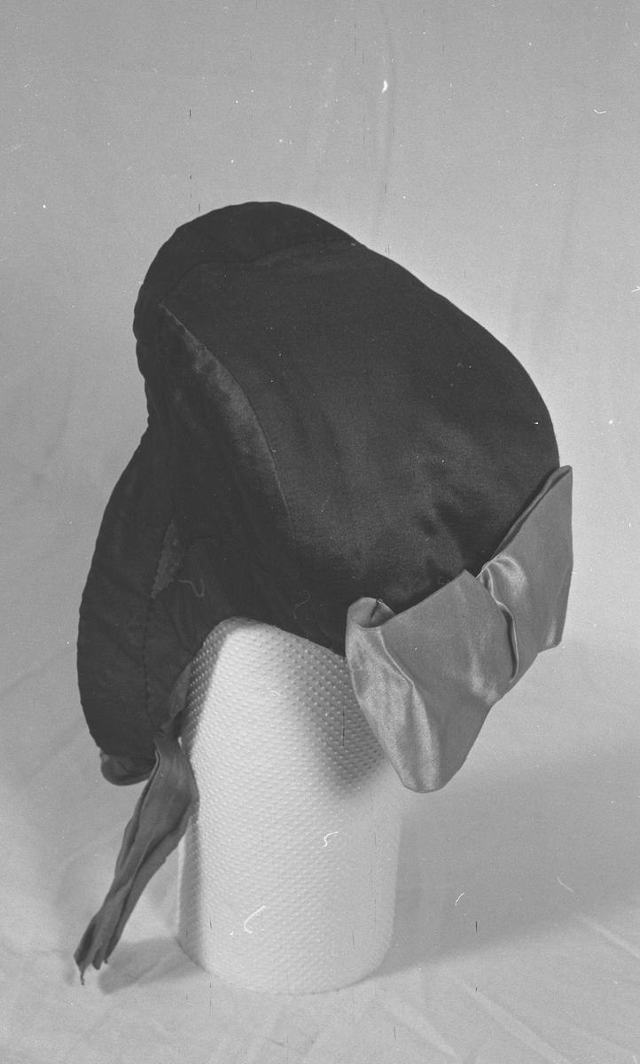 Dusjk=Sløyfe i nakken (Sør-Trøndelag). Rød dusjk for jenter, svart for kjerringer.  Opplysninger gitt av faglærer ved Kunsthåndverksskolen på Røros, november-1977.