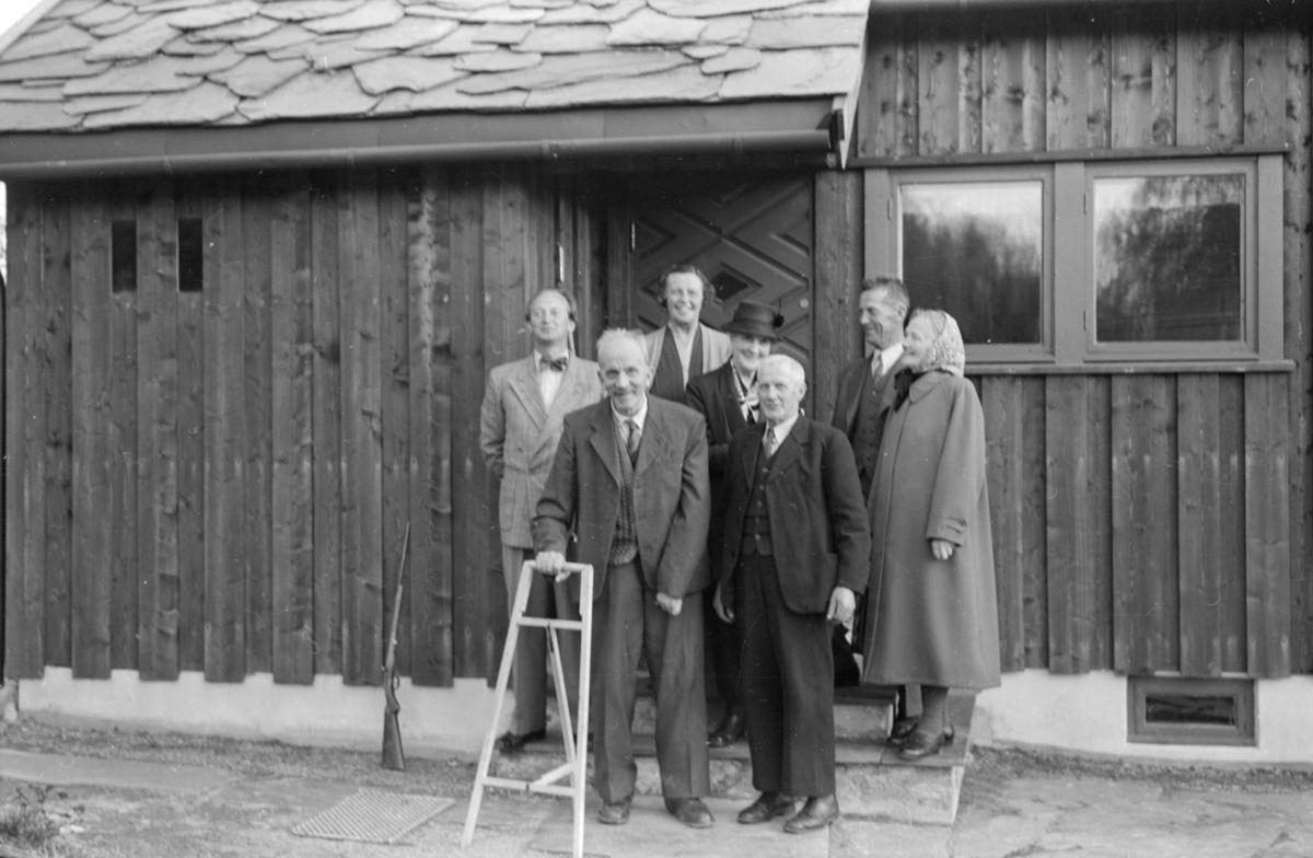 Gruppebilde - hos Sparre Olsen, som bodde på Leitom i Østre Gausdal