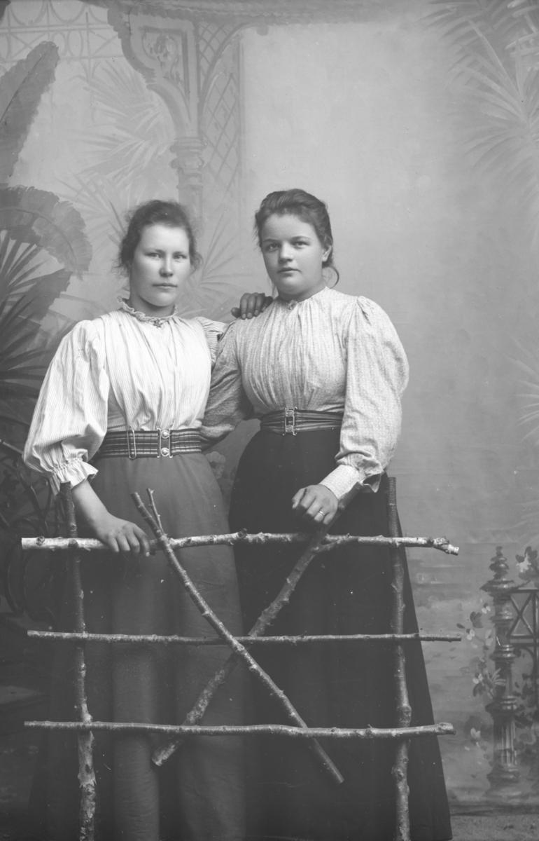Marit Rusten med venninne. Marit Johnsdatter Rusten, f 1874 står til høyre.