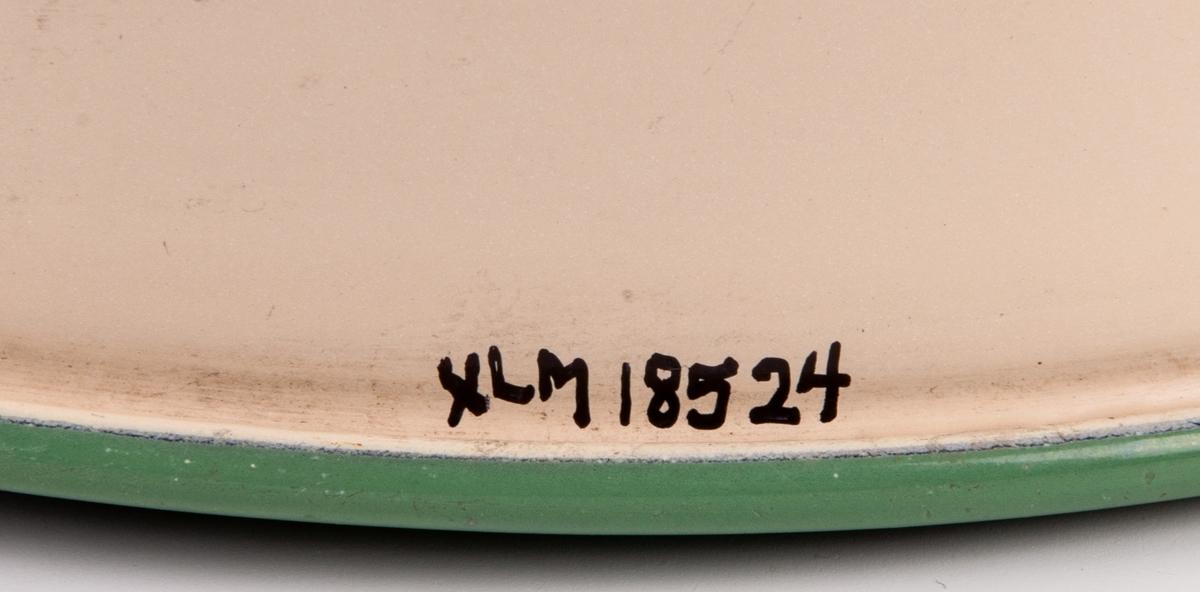 """Kastrull, emalj. Gul med kant, skaft och våggrepe i grönt. Märkt med """"Kockums Sweden 22cm"""" på undersidan. H 14cm. Diam övre 21,3cm, nedre 20cm."""