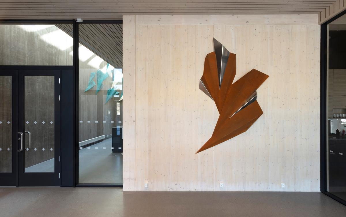 Kunstverket består av 4 patinerte former i Cortenstål og 3 former i rustfritt stål. Alle elementene har samme form, men i varierende størrelser. Stålet er patinert utendørs ved hjelp av saltvann og nedbør.