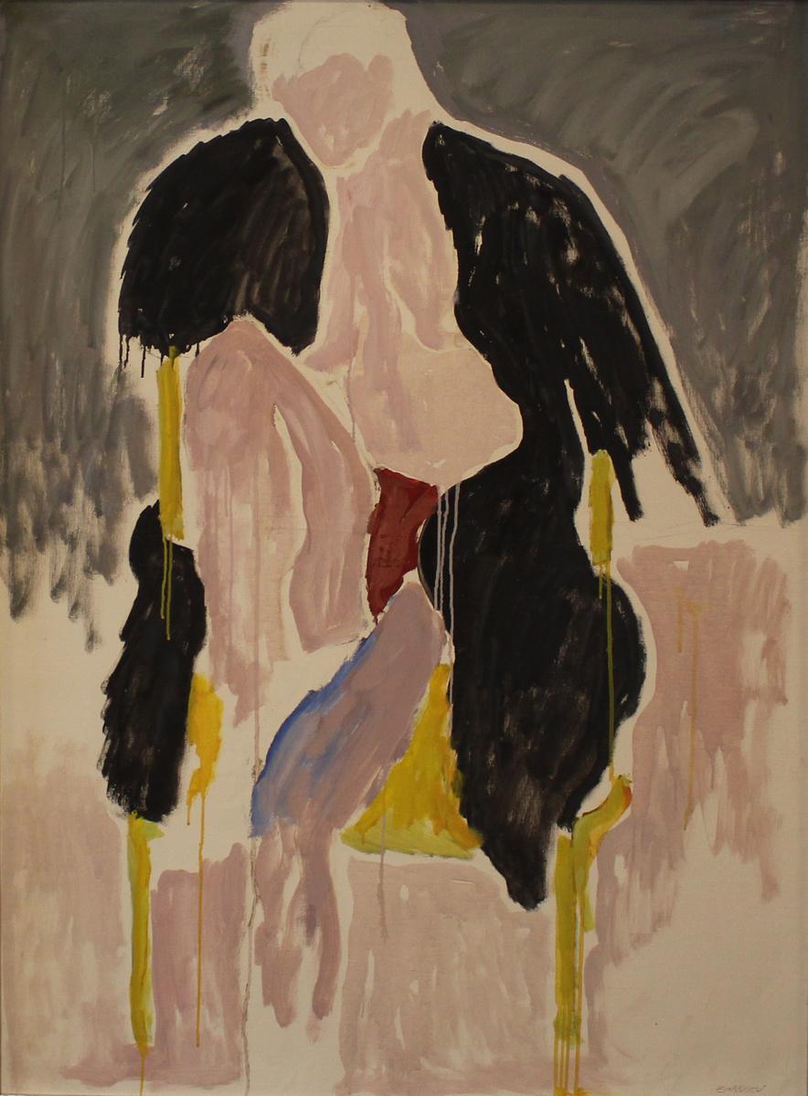 Kvinne kun iført sort pels sitter på gul stol.