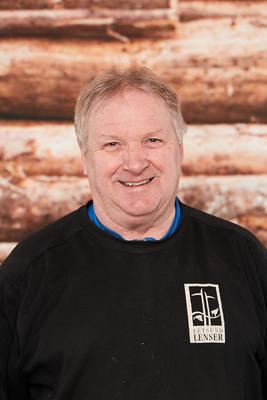 Mann kledd i svart Fetsund lenser genser. Foto/Photo