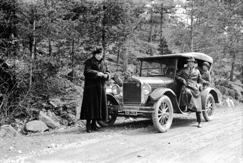 Ford (?) med registreringsnummer E-429,  en mann og to kvinner foran: Rudi, Cio og Kikki Ford T årsmodell 1926-1927. I Bilboken for Norge 1927 står en Chevrolet på dette nummer. Den utkom på vårparten, så dette må være tatt senere.