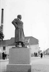 Lillehammer. Lilletorget. Tre ulike bilder av Wiese-statuen