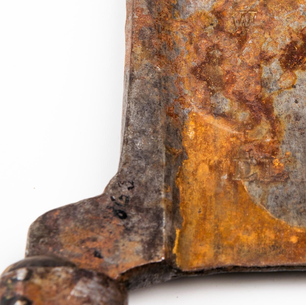 Hackkniv för kött. Med kort, svarvat skaft. Brett eggjärn med litet hål framtill. Längd 32cm.