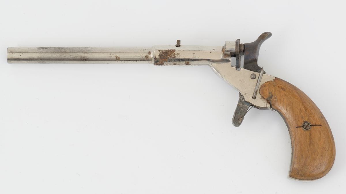 """Liten pistol for enkeltskudd. """"Lommepistol"""", kal. 6mm. Enkeltskudds baklade pistol Forniklet med skjefte av tre. Pistolen er merket med tre separate kroner og B, G og U."""
