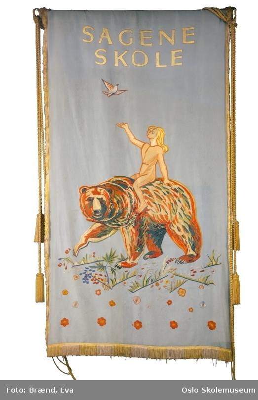 Skolen ble etablert i 1861  Skolens visjon: Et sted for utvikling av grunnleggende holdninger og ferdigheter  Den fanen vi bruker nå fikk vi sydd til 125 års jubileet i 1986 og har kopi av motivet fra den gamle fanen.  Symbolet er en jente som sitter på en bjørn. Usikkert hvorfor symbolet er en bjørn, men det kan jo være noe med fanens motto; Kunnskap er styrke.
