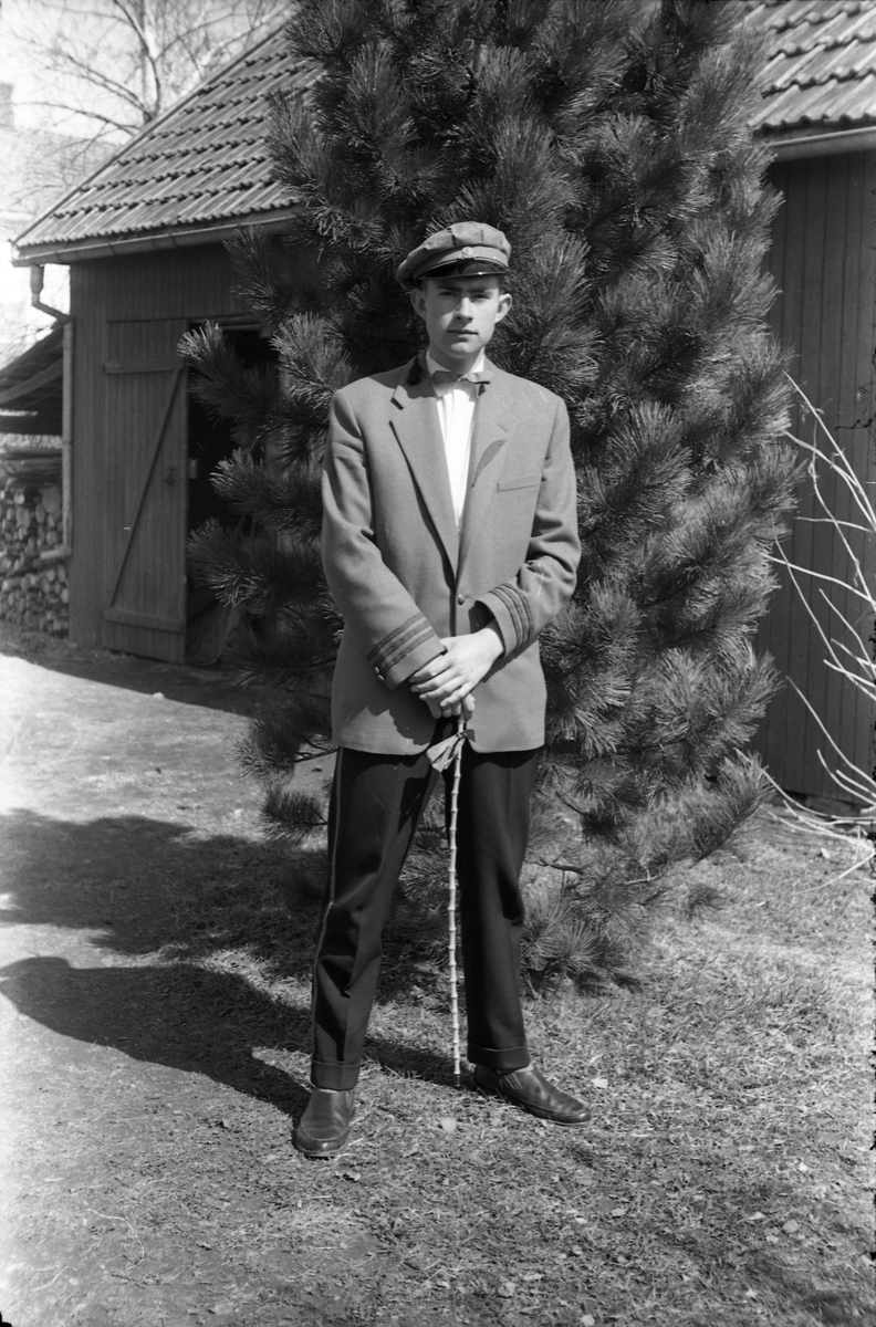 Fire portretter av Kjell Røisli, grønnruss våren 1958. Bildene er tatt på gårdsplassen hjemme på Odberg på Kraby.
