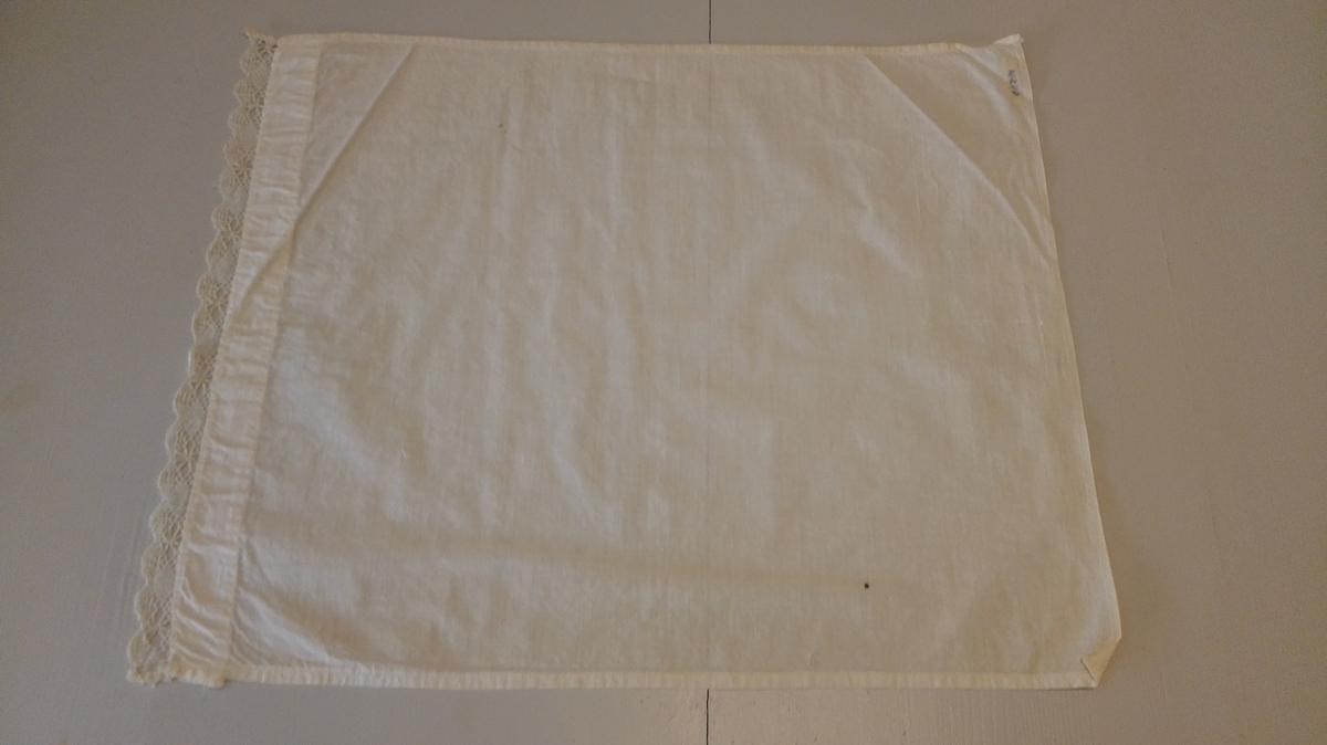 Sydd av kvitt bomullslereft og kanta med same blonde som katalog nummer 19532