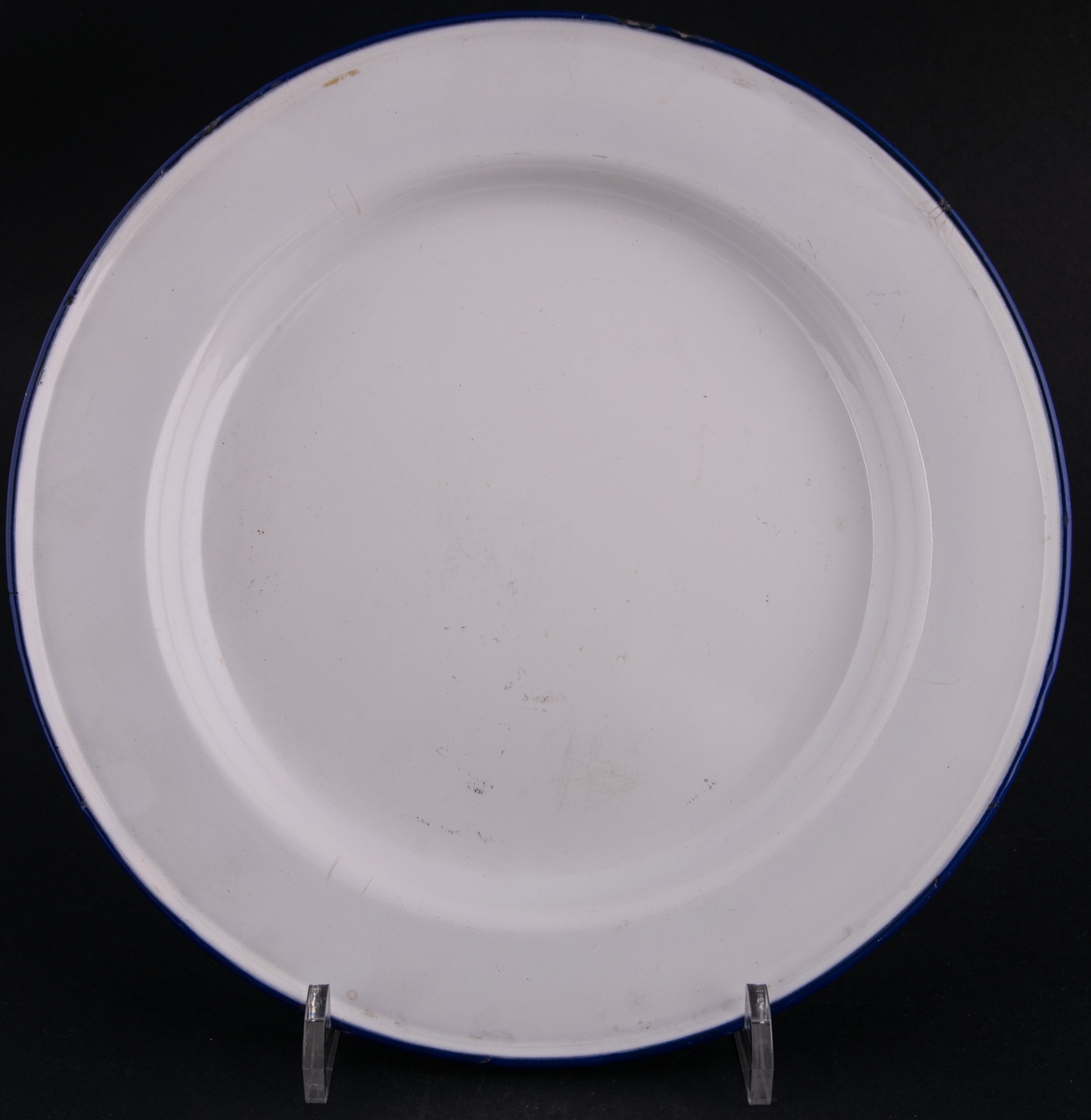 Tallrik, vit emalj med blå kant. På undedrsidan märket; KOCKUMS SWEDEN 24cm.