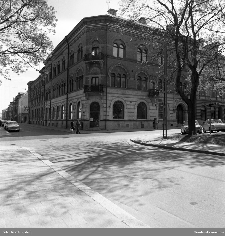 Sparbankens gamla hus vid Eslanaden 11, Rådhusgatan 21. Längst till häger skymtar skylten till Fyndhörnan.