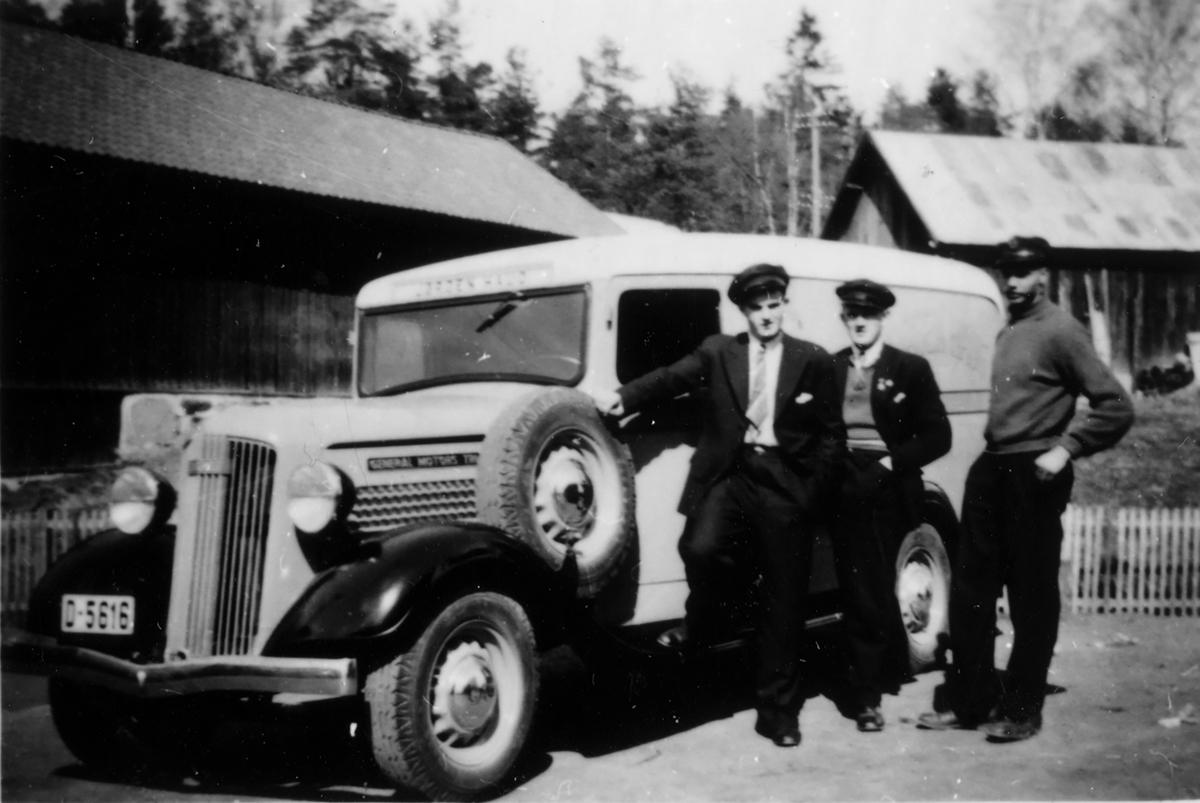 Elverum Auto,før krigen.Tre menn ved en bil.