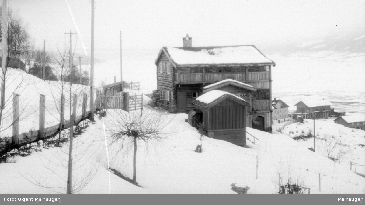 Bolighus i Hougnersgate 26 på toppen av Vinterbrøryta i illehammer med Skibladnerbrygga nederst til høyre